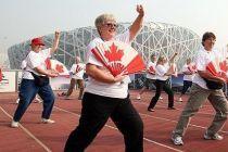 鸟巢前表演太极扇加拿大友人也玩个新鲜