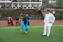 德阳市武术协会蒋佩琴指点红白小学师生练习太极扇